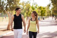 Junge Paare, die zusammen draußen gehen Stockfotografie