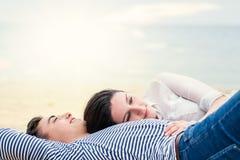 Junge Paare, die zusammen draußen legen Lizenzfreies Stockbild