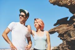 Junge Paare, die zusammen durch den Felsen weg schaut stehen stockfoto