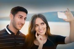Junge Paare, die zusammen ein Selfie nehmen Stockfoto