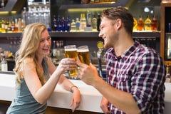 Junge Paare, die zusammen etwas trinken Stockfoto