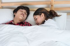 Junge Paare, die zusammen im Bett schlafen stockfoto
