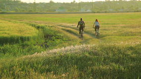 Junge Paare, die zusammen in Landschaft radfahren stock video