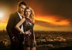 junge Paare, die zusammen stehen Lizenzfreies Stockfoto