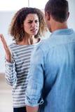 Junge Paare, die zusammen stehen und nach einem Kampf sich besprechen Lizenzfreies Stockfoto