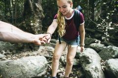 Junge Paare, die zusammen in Wald reisen stockbilder
