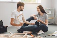 Junge Paare, die zusammen Wohnungsreparatur selbst tun Stockfotos