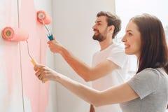 Junge Paare, die zusammen Wohnungsreparatur selbst tun Stockfotografie