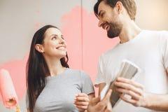 Junge Paare, die zusammen Wohnungsreparatur selbst tun Stockbild