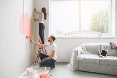 Junge Paare, die zusammen Wohnungsreparatur selbst tun Lizenzfreies Stockbild