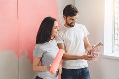 Junge Paare, die zusammen Wohnungsreparatur selbst tun Stockfoto