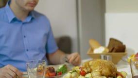 Junge Paare, die zusammen zu Abend essen stock video footage