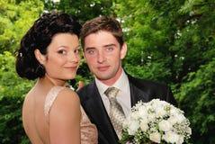 Junge Paare draußen Lizenzfreie Stockfotos