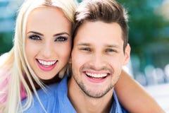 Junge Paare draußen Stockbilder