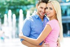 Junge Paare draußen Lizenzfreie Stockbilder