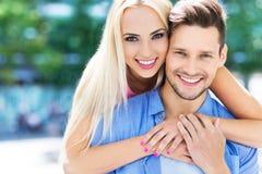 Junge Paare draußen Stockfotos