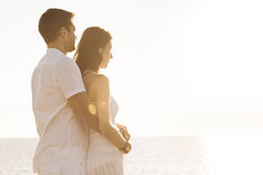 Junge Paare durch das Meer Lizenzfreie Stockbilder