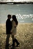 Junge Paare durch den Fluss stockfotos