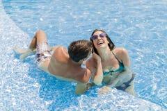 Junge Paare durch Pool Lizenzfreies Stockfoto