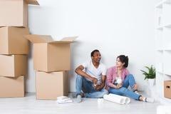 Junge Paare in einem der Planungs-Dekoration des neuen Hauses beweglichen Haus Stockfoto