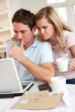 Junge Paare an einer Laptop-Computer stockfoto