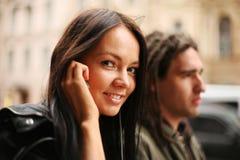 Junge Paare in einer Stadt Lizenzfreie Stockfotografie