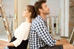 Junge Paare erschöpft in DIY Stockbild