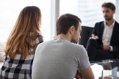 Junge Paare, Familie am Treffen des Psychologeratgebers lizenzfreies stockbild