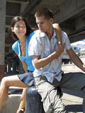 Junge Paare am Flusskanal Lizenzfreies Stockfoto