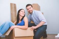 Junge Paare froh während der Erneuerung und der Verlegung Stockfoto