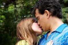 Junge Paare gegen die Natur Stockbilder