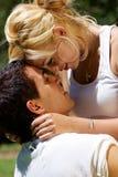 Junge Paare gegen die Natur Lizenzfreie Stockfotografie