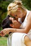 Junge Paare gegen die Natur Stockbild