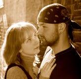 Junge Paare gegen eine Backsteinmauer Stockbild