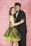 Junge Paare gekleidet für Party Stockbilder