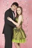 Junge Paare gekleidet für Party Lizenzfreie Stockfotos