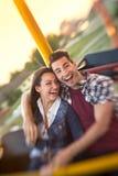 Junge Paare genießen im Reitriesenrad - Trieb mit lensbaby Lizenzfreie Stockfotos