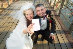 Junge Paare gewannen die Lotterie stockfoto
