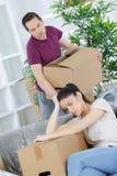 Junge Paare gezwungen, um durch Finanzprobleme nach Hause zu verkaufen lizenzfreie stockfotos