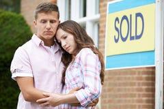 Junge Paare gezwungen, um durch Finanzprobleme nach Hause zu verkaufen lizenzfreie stockfotografie