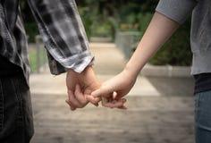 Junge Paare halten Hand Lizenzfreies Stockbild