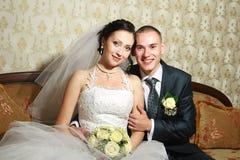 Junge Paare heirateten im Hochzeitsraum Stockfotografie