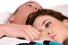 Junge Paare im Bett, das ihre Gedanken denkt Stockfoto