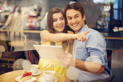 Junge Paare im Café Lizenzfreie Stockfotos