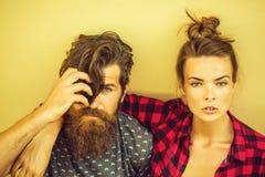 Junge Paare im Freien auf grauem Hintergrund lizenzfreies stockbild