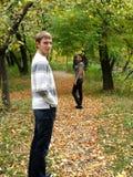 Junge Paare im Herbstpark Lizenzfreies Stockfoto