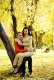 Junge Paare im Herbstpark Lizenzfreies Stockbild