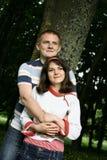 Junge Paare im Holz Lizenzfreie Stockfotografie