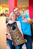 Junge Paare im Kleidungsshop Stockbilder