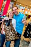 Junge Paare im Kleidungsshop Lizenzfreies Stockbild